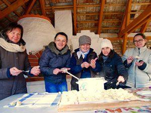 Die Frauen bereiten ungarische Schupfnudeln zu